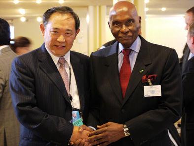 图为中国世界和平基金会主席李若弘先生与塞内加尔总统阿卜杜拉耶・瓦德