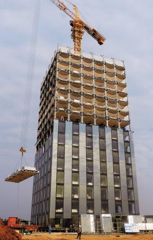 原因在于整栋建筑为模块化全钢结构,一座大楼被划分为若干块空间模块