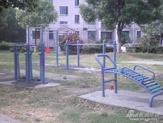 某小区草坪上的健身器材-小区健身器材遇尴尬 全民健身精神有待强化