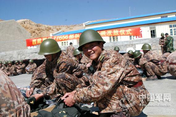 驻藏边防官兵五一全部换穿07式新军服(组图)