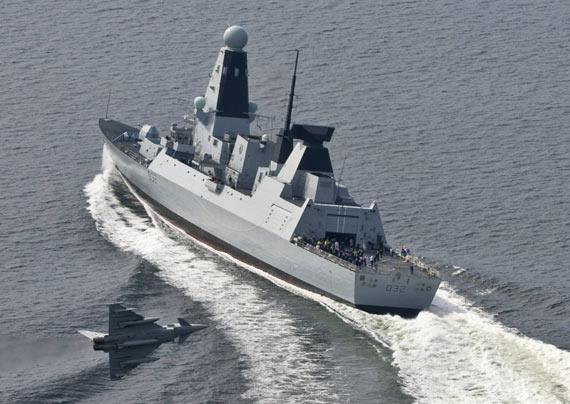 英国果敢号驱逐舰海试期间成功跟踪台风战机