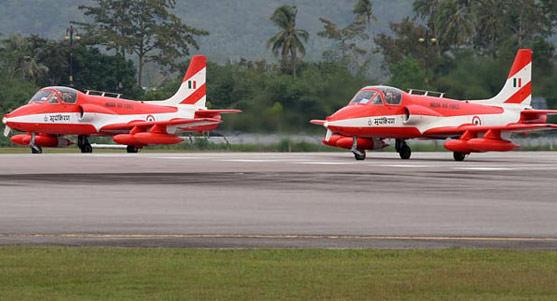 资料图:参加07年马来西亚航展的印度空军阳光飞行队