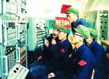 """刘庆贵(前排)在""""东方红一号""""人造卫星发射指挥台工作。王艳梅供图"""