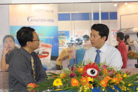 巴西航空工业公司副总裁、大中华区总裁关东元先生(右)