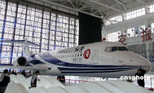 此次航展中,中国商用飞机有限责任公司与美国通用金融航空服务公司签订了25架ARJ21-700型飞机、总额7.324亿美元的购机合同,这是中国民用飞机首次进入美国高端市场。