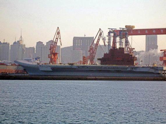 资料图:改造后的瓦良格号可能将成为中国首艘可用于作战的航母
