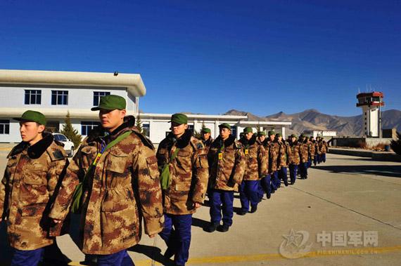 穿07式迷彩大衣的驻藏部队新兵