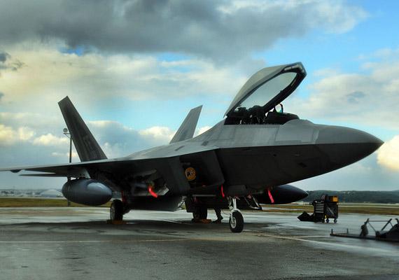 中国J-11B和美国F-22A正面对抗肯定是占下风的