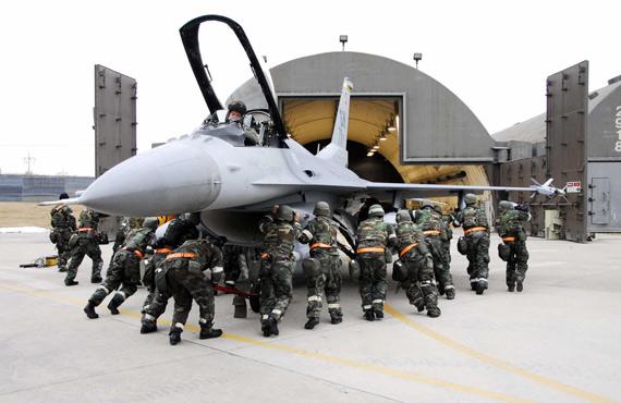 美军12架F16战机将进驻韩国取代阿帕奇直升机