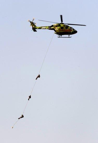 2月11日,在印度南部城市班加罗尔,一架印度空军北极星直升机在进行飞行表演。新华社记者王晔摄