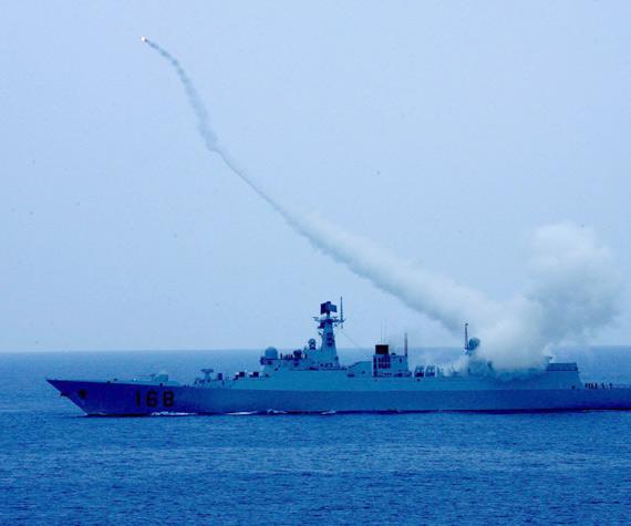 """资料图:168""""广州""""号驱逐舰发射反舰导弹"""