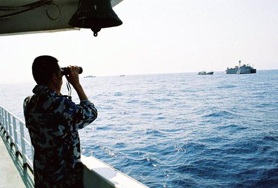 资料图:中国船只与美国海军监测船在南海对峙