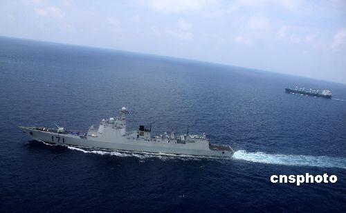 """4月2日,中国海军首批护航编队""""海口""""号导弹驱逐舰伴随护航第36批5艘中外商船穿越亚丁湾海域"""