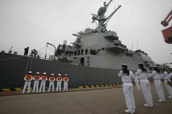 """4月19日,参加纪念中国人民解放军海军成立60周年多国海军活动的美国海军""""菲茨杰拉德""""号导弹驱逐舰抵达青岛港。新华社记者查春明摄"""