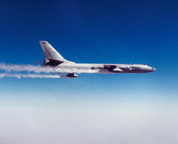 资料图:飞行中的国产轰油六空中加油机