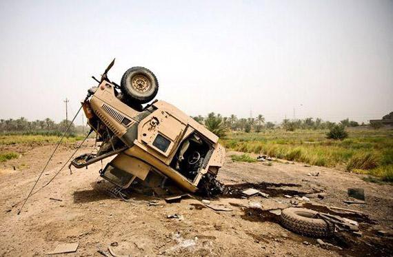 资料图:驻伊美军悍马军车被反美武装击毁