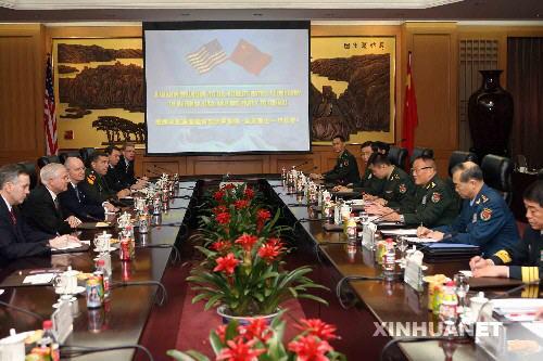 2007年11月5日,时任中华人民共和国中央军委副主席、国务委员兼国防部长曹刚川上将在北京与来访的美国国防部长罗伯特・盖茨举行会谈。新华社记者李涛摄