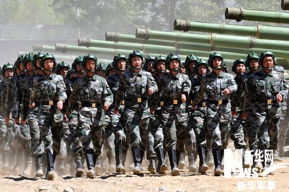 坦克部队乘员列队行进孙国明摄