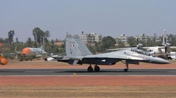 资料图:印度空军苏30MKI战机降落着陆