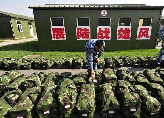 海军陆战队官兵将行李整齐摆放准备装车