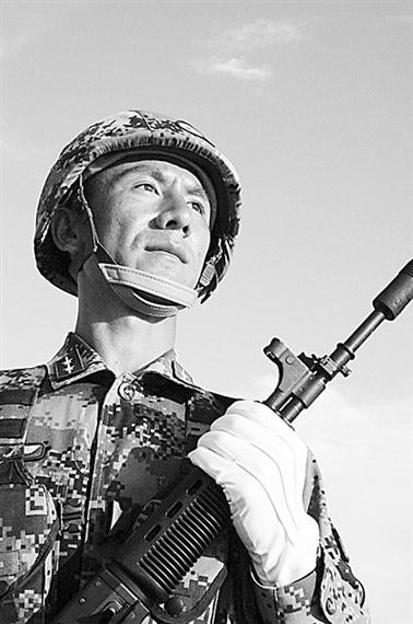 张凡紧握钢枪。卢炳广摄