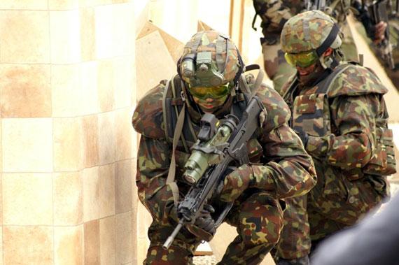 身着未来单兵作战系统的法军士兵