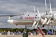 俄公开展示重型运输机战略轰炸机