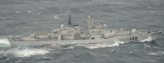 日本军方公开的4月10日出现在冲绳本岛与宫古岛之间的公海上的中国海军139号现代级驱逐舰照片