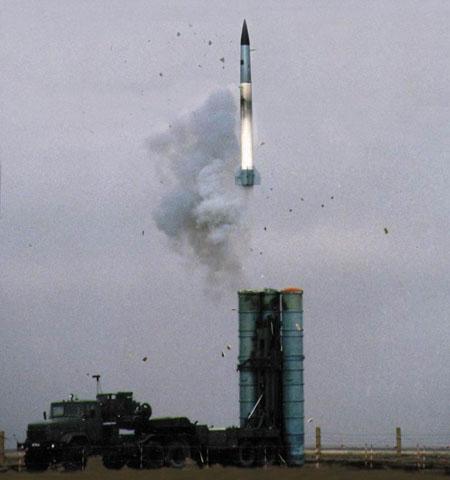 俄军S-400防空导弹发射升空