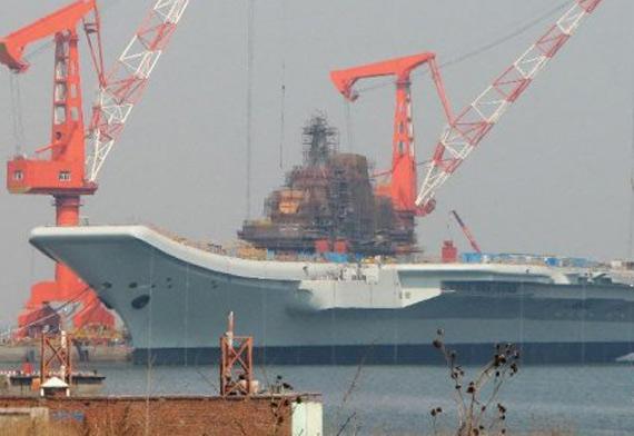 网络流传图片:正在大连进行改装的瓦良格号航母