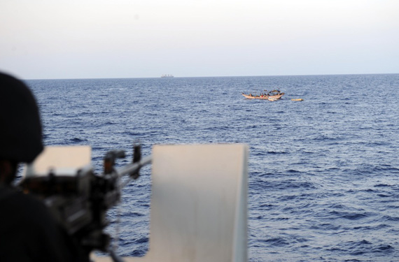 资料图:中国海军护航特战队员严密监控可疑目标