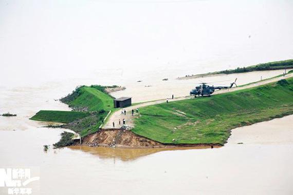 直升机成功降落在唱凯断堤上。赵�摄