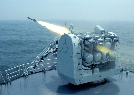 近日,中国海军东海舰队进行的实弹射击演练。图为战舰发射舰空导弹拦截来袭导弹。
