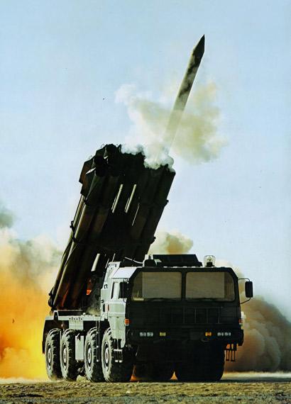 资料图:解放军新型PHL03式远程火箭炮发射