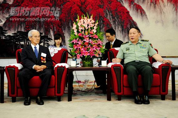 7月29日,国务委员兼国防部长梁光烈上将在八一大楼会见来访的日本籍老战士代表团一行。李晓伟摄