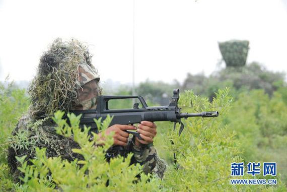 8月3日,一名参演士兵在执行警戒任务。新华社发(崔炯臣摄)