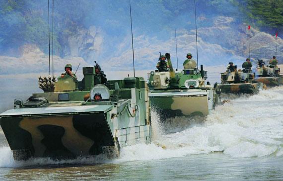 解放军新型两栖战车部队涉水前进