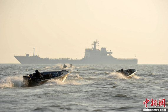 海军陆战队开乘快艇向登陆舰驶去开始浮渡装载