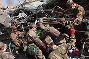 解放军正在地震灾区紧急救援