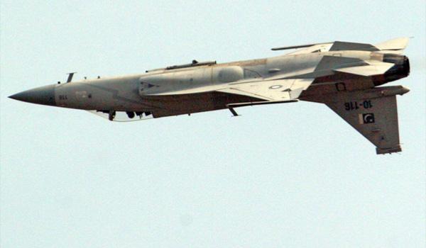 巴空军枭龙战机15日进行空中特技飞行训练
