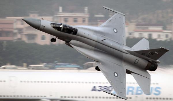 巴空军JF-17枭龙战机航展首日表演单机特技