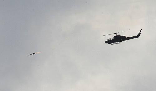 """屏东九鹏基地18日举行""""联合防空火力实弹射击测考"""",AH-1W眼镜蛇直升机发射响尾蛇导弹。 """"中央社""""图"""