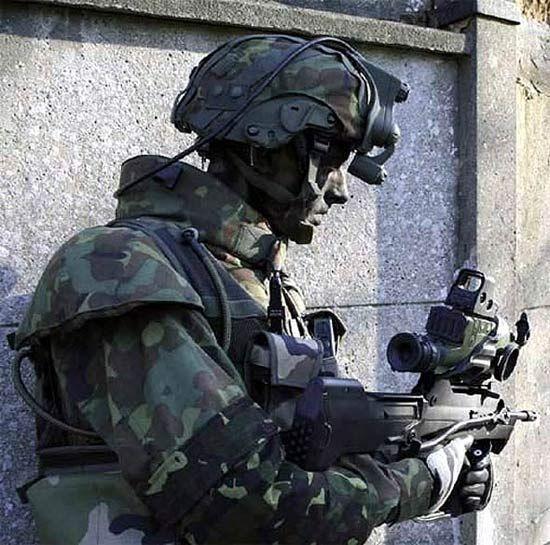 法国陆军士兵正在演示FELIN未来士兵系统作战效能