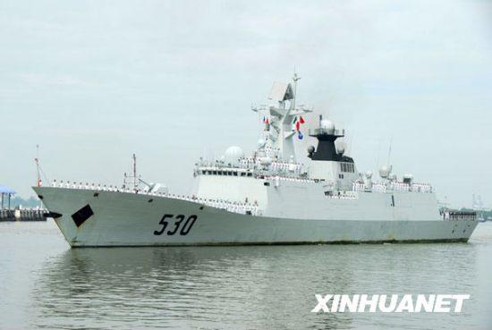 """资料图片:2009年 12月6日,中国海军""""徐州""""号导弹护卫舰驶入马来西亚雪兰莪州巴生港。新华社记者熊平摄"""