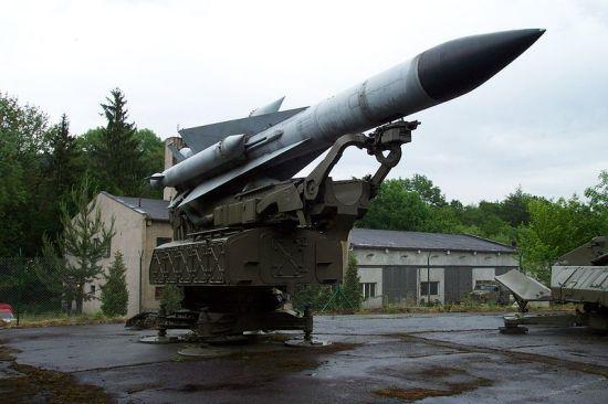 S-200(北约代号:SA-5)中高空超远程地对空导弹射程达到400公里,射高达到40000米。全弹长10.5米,弹径0.85米。