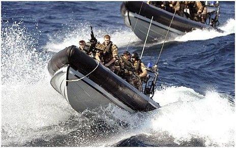 """资料图:正在利比亚执行军事任务的 """"坎伯兰""""号护卫舰上的英国皇家海军和皇家海军陆战队"""