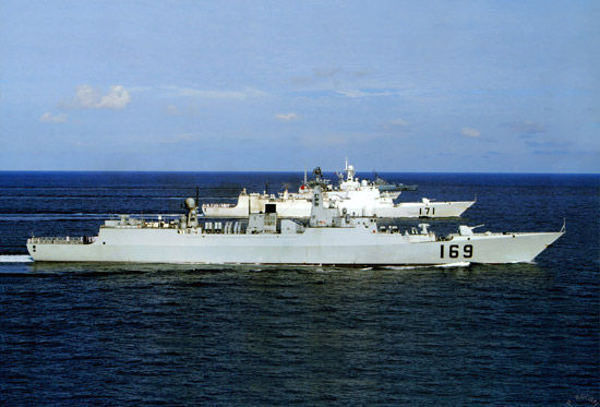 资料图:中国海军南海舰队主力战舰在深海进行编队演练。