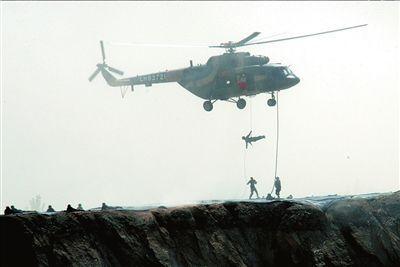 特战队员利用直升机快速索降。