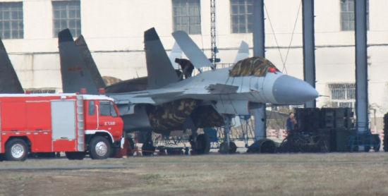 沈飞机棚中的国产歼-15新型舰载战斗机。