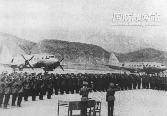 1956 年 3 29 in trials base - Xining Airport Xining from the command post Wangzheng Chen, Han Lin, who led the trials oath table determination.